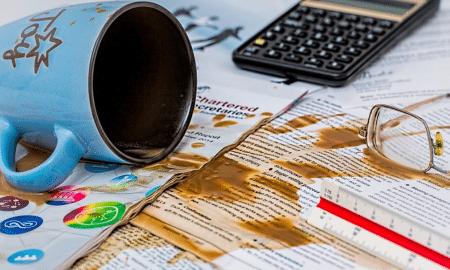 sijoittaminen virheet epäonnistuminen kaatuminen kahvikuppi