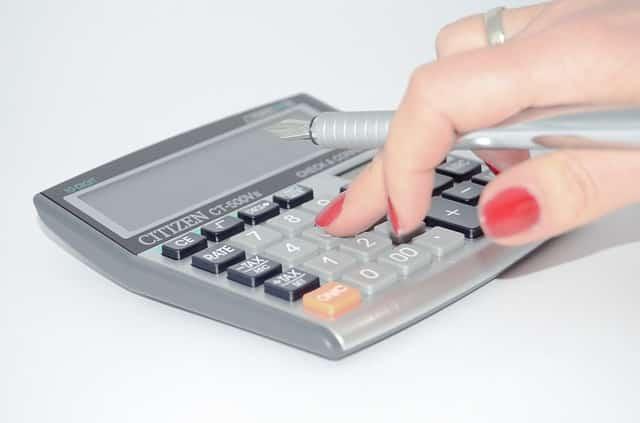 P/E luku suhteuttaa osakkeen hinnan yrityksen tulokseen. P/E luku antaa erilaisen tuloksen riippuen siitä käytetäänkö edellisen vuosikatsauksen tulosta, viimeisen 12 kuukauden tulosta vai arvioitua seuraavan 12 kuukauden tulosta. P/E-luvun käyttäminen digitaalisen kasvuyrityksen arvostuksen mittaaminen on hankalaa, mikä tekee kasvusijoittamisesta haastavaa.