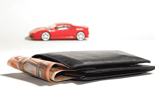Autolaina, monet autoliikkeet käyttävät edullista lainaa sisäänheittotuotteena.