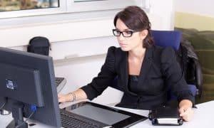tietokone konttori toimihenkilö toimisto talous palkat tasa-arvo