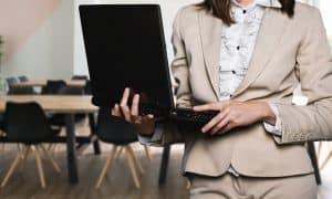 nainen tietokone johtaja talous