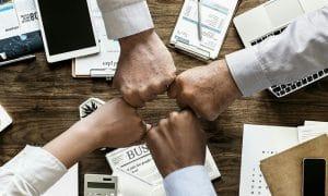 kokous yhteistyö tiimi tiimihenki