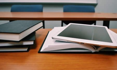 luokkahuone koulu kirjat tabletti koulutus
