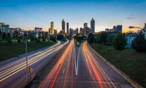 Tulevaisuuden tie lataa auton ajon aikana