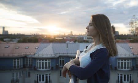 nuoret nuori nainen haaveet valo talous