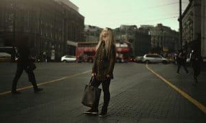 nuoret nuori nainen kaupunki työelämä talous