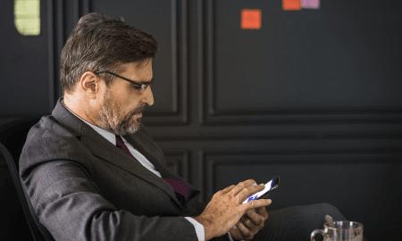 johtaja liikemies kännykkä esimies talous
