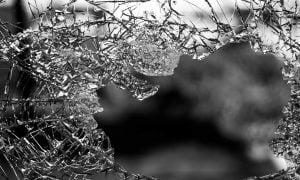 lasi reikä porsaanreikä rikkinäinen rikki talous