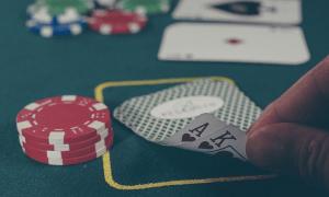 uhkapeli casino korttipeli pelikortit peliriippuvuus talous