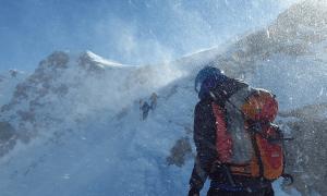 vuorikiipeilijä myrsky lumi taantuma synkkä