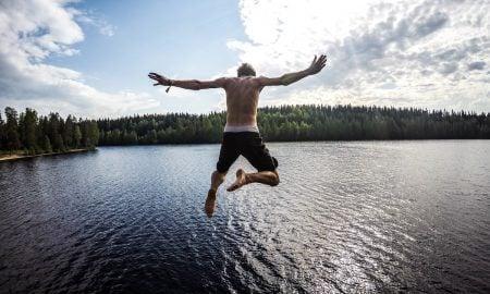 Suurin osa suomalaisista viettää juhannuksen kesämökillä