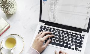 email sähköposti konttori laptop tietokone toimisto talous