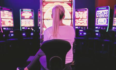 uhkapeli peliautomaatti pelaaminen talous