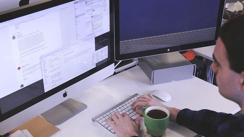 digitalisaatio monitori näyttö tekoäly teollisuus talous