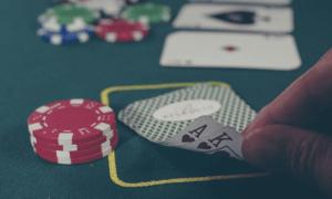 uhkapeli pelaaminen korttipeli talous