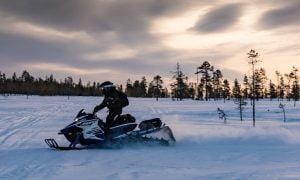 Lappi matkailu moottorikelkka talvi Suomi talous matkailuala