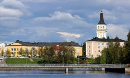 Oulu maakuntakeskus kaupunki kirkko Suomi talous asuntomarkkinat
