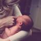 vauva äiti synnytys lapsi perhe huolenpito