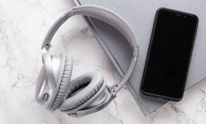 äänikirja kuulokkeet sijoituskirjat tietokone